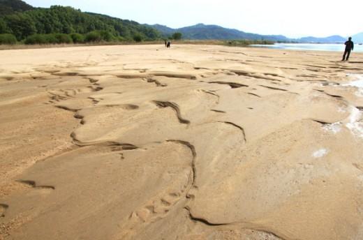 물을 따라 모래는 떠나기도 하고 머물기도 하면서 데칼코마니 수채화 같은 흔적을 남긴다. 지율 스님