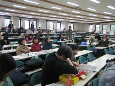 18 17일 히토츠바시에서 열린 집회 모습, 주민 특히 여성과 아이들의 참여가 두드러진다.