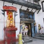 네팔 왕궁 앞을 지키고 있는 하누만, 이 문을 하누만 도카(문이라는 뜻)라고 부른다. 힌두교 혹은 불교 국가들에서 통치자는 비슈누신으로 비유되곤 하는데 하누만은 이 왕을 지키는 충실한 부하를 뜻한다. 네팔은 히말라야 산맥으로만 많이 알려져있지만 세계에서 유일한 힌두교 국가이기도 하다. (인도는 법적으로는 세속주의 국가인데 반해 네팔은 힌두교가 국교이다)
